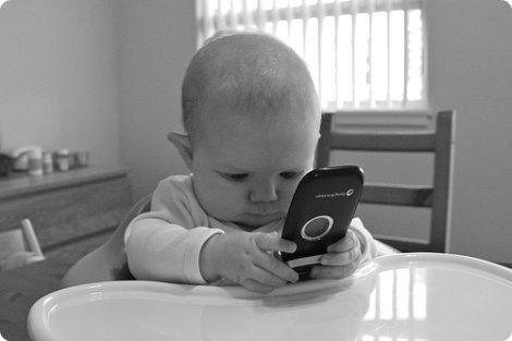 kleuter met telefoon